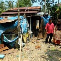 6 Sekeluarga Diami Rumah Daripada Bahan Terbuang