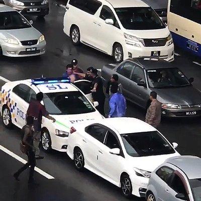 Anggota Polis Dah Di Depan Mata Pun Nak Bertumbuk Lagi