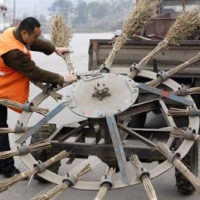 Cara Pelik Orang Di Negara China Bersihkan Jalan Raya