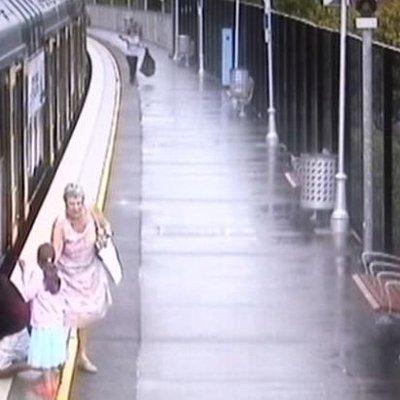 Detik Cemas Pasangan Suami Isteri Bila Cucu Mereka Terjatuh Di Antara Kereta Api Dan Platform Stesen
