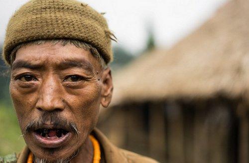 Foto Suku Kaum Pemburu Kepala Manusia