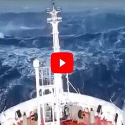 Kapal Ini Cuba Menyeberangi Segitiga Bermuda Namun Apa Yg Dirakamkan Amat Mengejutkan
