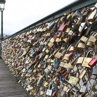 Mangga Cinta Di Jambatan Paris Ditanggalkan