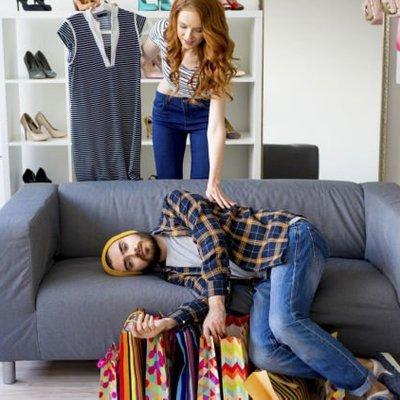 Menebak Langgengnya Hubungan Kalian Dari Kegiatan Cowok Saat Nunggu Kamu Belanja