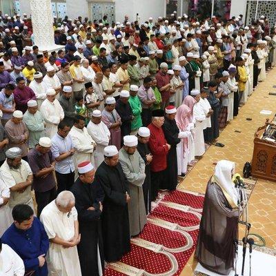Najib Hadir Solat Terawih Di Kampung Baru