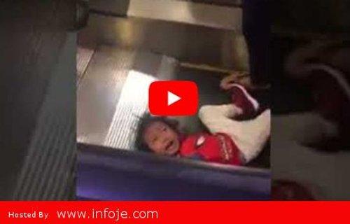 Ngeri Rambut Gadis Kecil Ini Tersangkut Di Eskalator Pusat Beli Belah