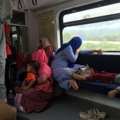 Pasangan Pura Pura Tidur Mahu Terus Kuasai Katil Kereta Api