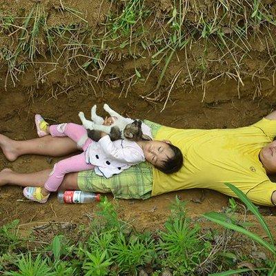 Pasrah Karena Penyakit Tak Kunjung Sembuh Ayah Ini Ajak Main Anak Balitanya Ke Lubang Kuburannya