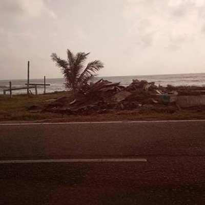 Pemandangan Pantai Paka Amat Menyedihkan