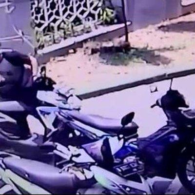 Pencurian Motor Di Masjid Di Bekasi Terekam Cctv Begini Aksinya
