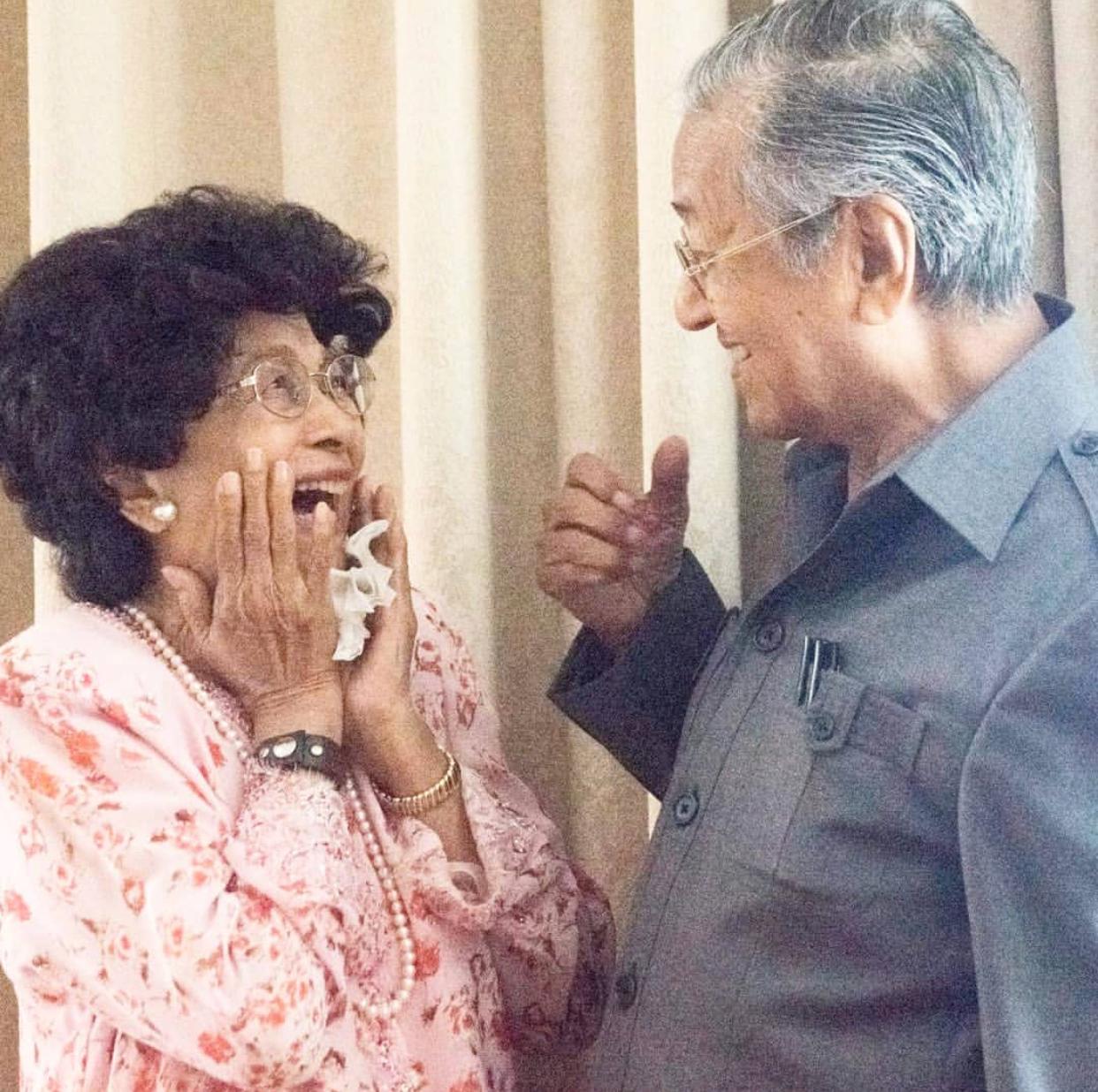 Pengikut Instagram Cecah 1 Juta Tun Mahathir Kongsi Reaksi Comel Isteri