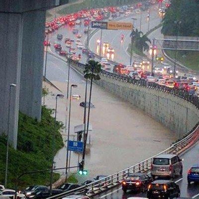 Persimpangan Seksyen 16 Banjir Sesak Teruk 4 Kereta Tenggelam