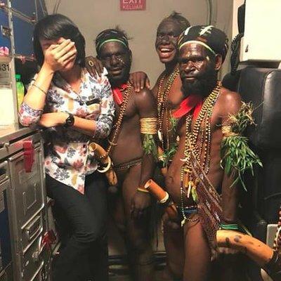 Reaksi Pramugari Cantik Ketika Bergambar Lelaki Papua Yang Tidak Berbaju Dan Berseluar