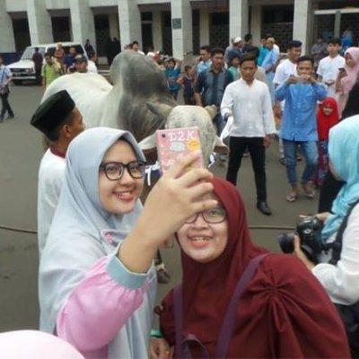 Selepas Solat Sunat Aidiladha Ramai Orang Berkumpul Dan Selfie Bersama Lembu Di Masjid
