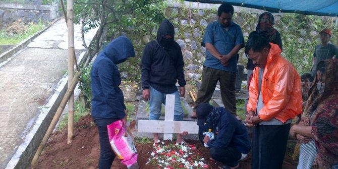 Takut Keluarga Pakai Masker Dan Penutup Kepala Saat Ramlan Dikubur