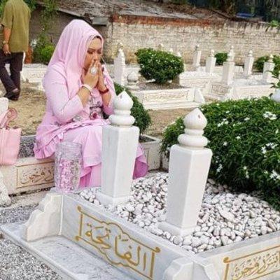 Tidak Beradab Dato Vida Di Kecam Duduk Atas Pusara Di Bawahnya Kalimah Al Quran