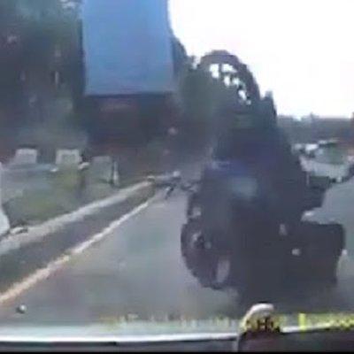 Video Elak Kereta Penunggang Motosikal Pula Jadi Mangsa
