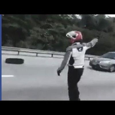 Video Lelaki Sanggup Bergadai Nyawa Alihkan Serpihan Tayar Pecah Atas Lebuhraya Dapat Pujian Netizen